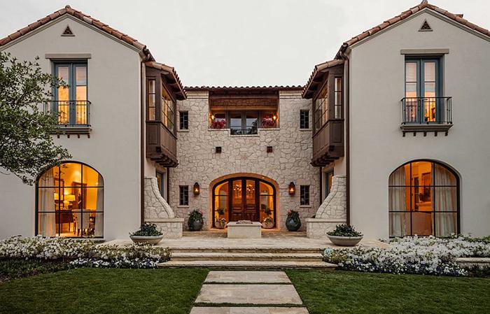 Дом в тосканском стиле с французскими балконами