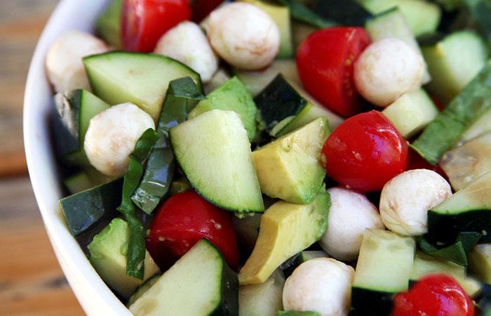 Салат из огурца, помидора и авокадо