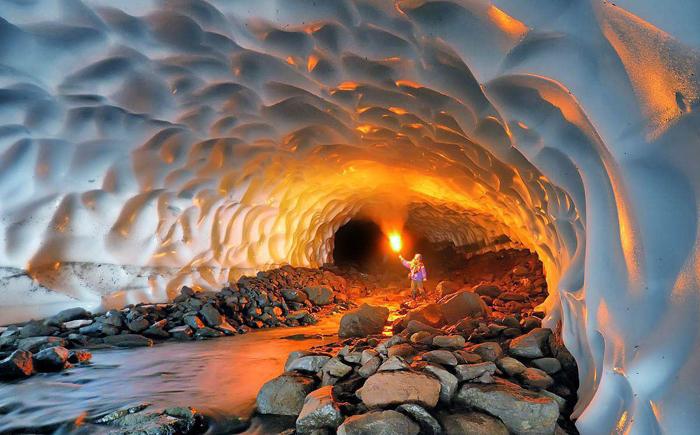 Ледяная пещера возле вулкана Мутновского, Россия
