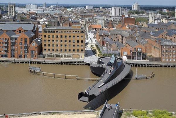 Уникальный пешеходный мост Scale Lane через реку Халл в Британии