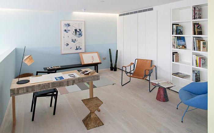 Домашний офис в пастельном голубом цвете