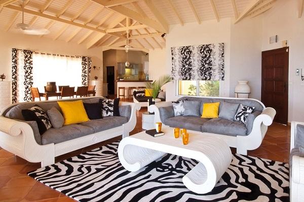 Чёрно-белый ковёр отлично гармонирует с другими декоративными элементами
