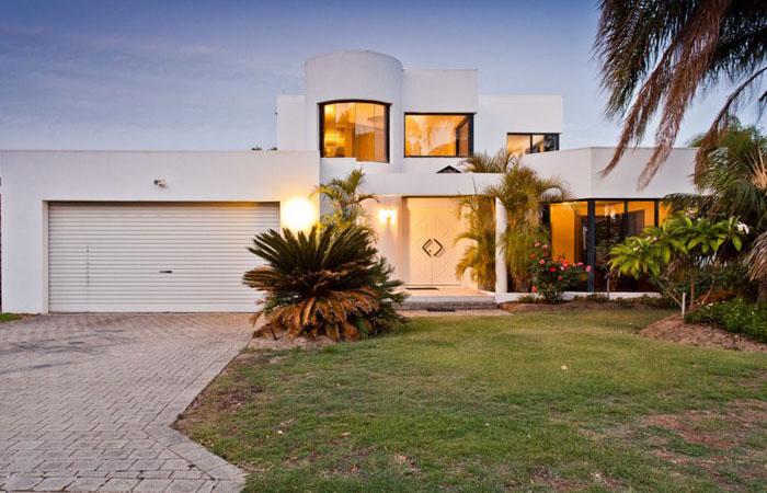 Современный дом с белой штукатуркой