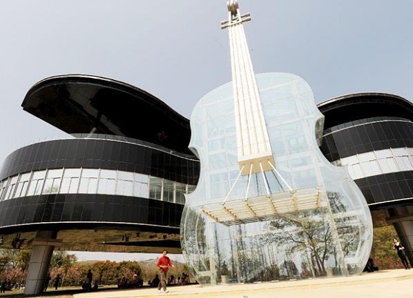 Попасть в здание можно через прозрачную скрипку