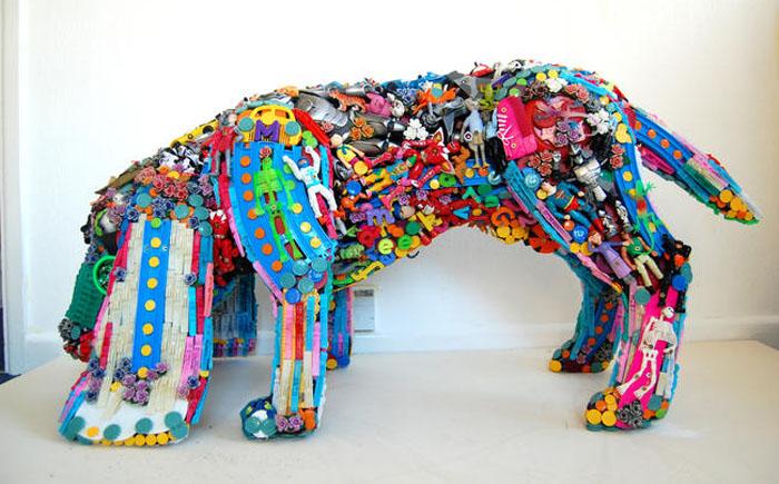 Скульптуры собаки из пластмассовых деталей