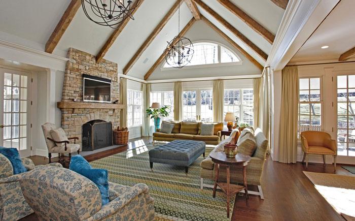Большой и яркий ковёр в гостиной