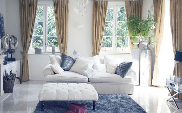 Бело-синяя гостиная