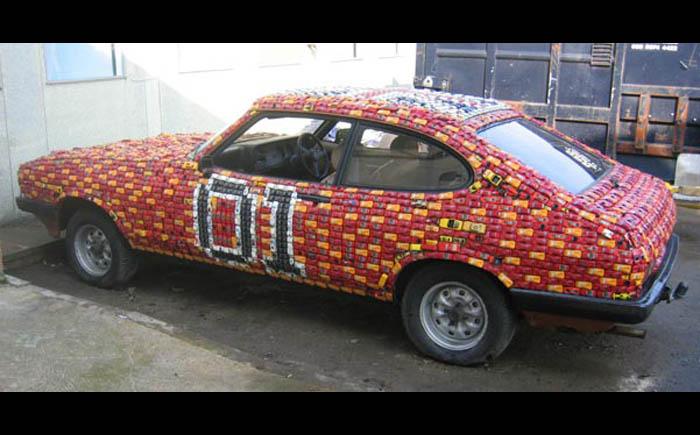 Автомобиль покрытый сотнями игрушечных машинок