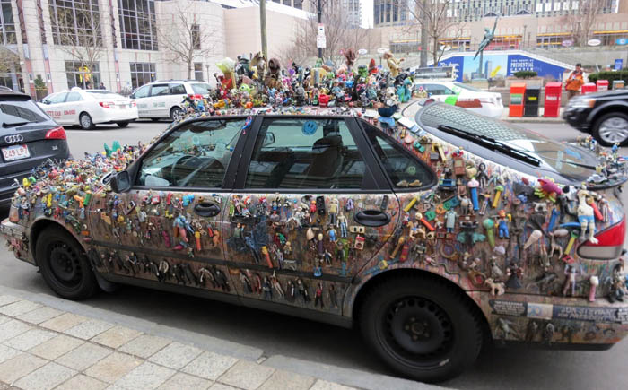 Автомобиль покрытый игрушками