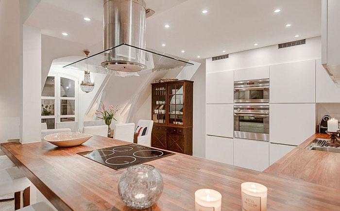 Деревяная столешница на рабочей кухонной поверхности