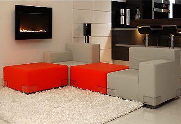 Гостиная с серо-оранжевым диваном