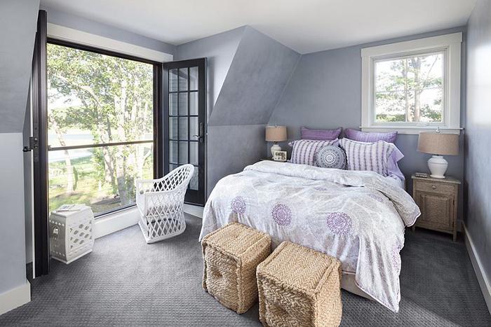 Маленькая спальня с французским балконом от Bowley Builders