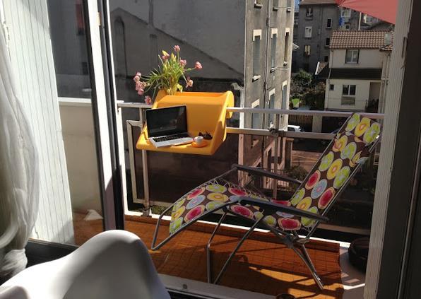 С таким столиком места на балконе хватит даже на шезлонг