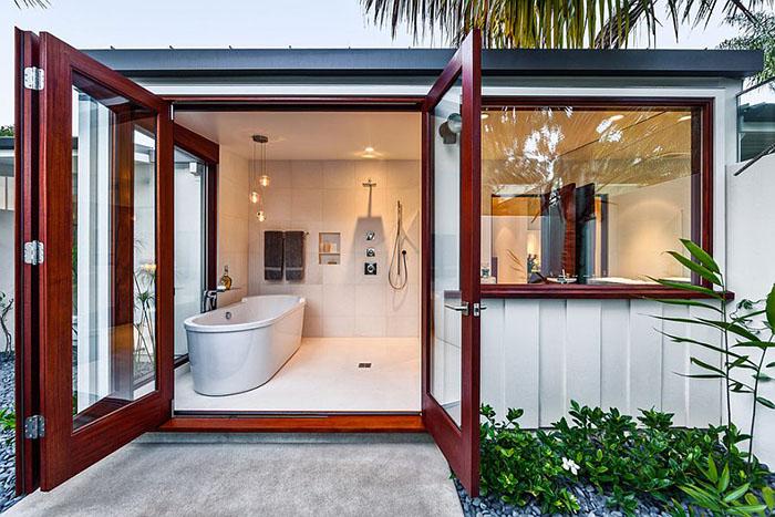 Ванная комната с выходом в сад