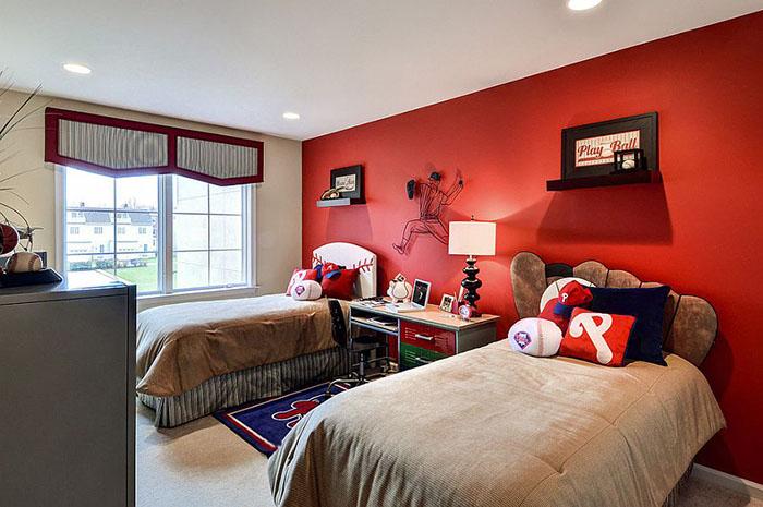 Красная акцентная стена от Deanna's Interior Designs