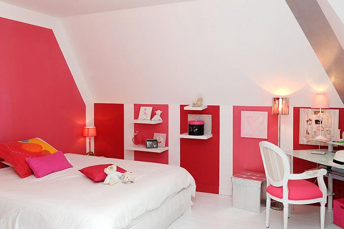 Розово-красные тона в белой спальне