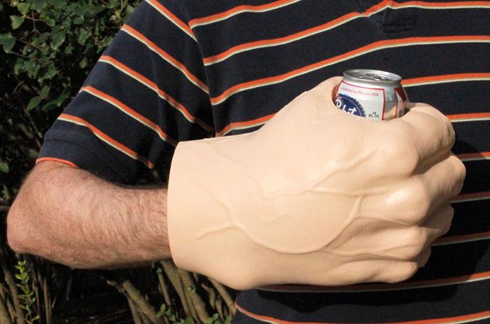 Охладитель для пива в виде гигантского кулака