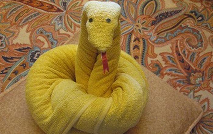 Змея из полотенец