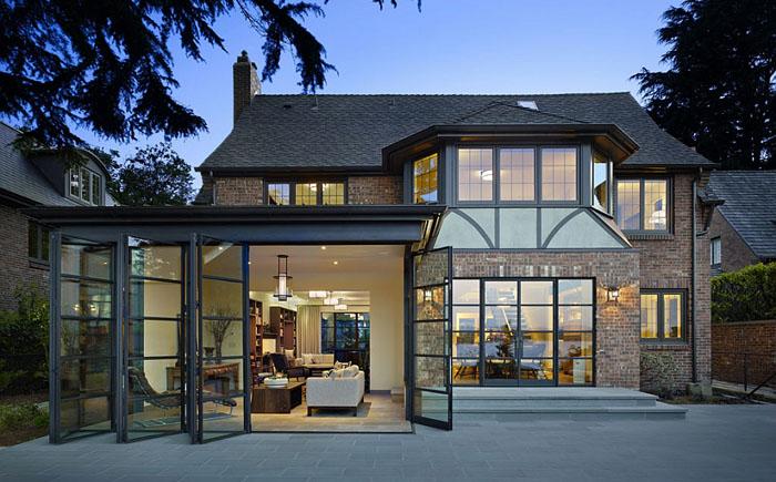 Современные мотивы для классического домика у озера в Сиэтле.
