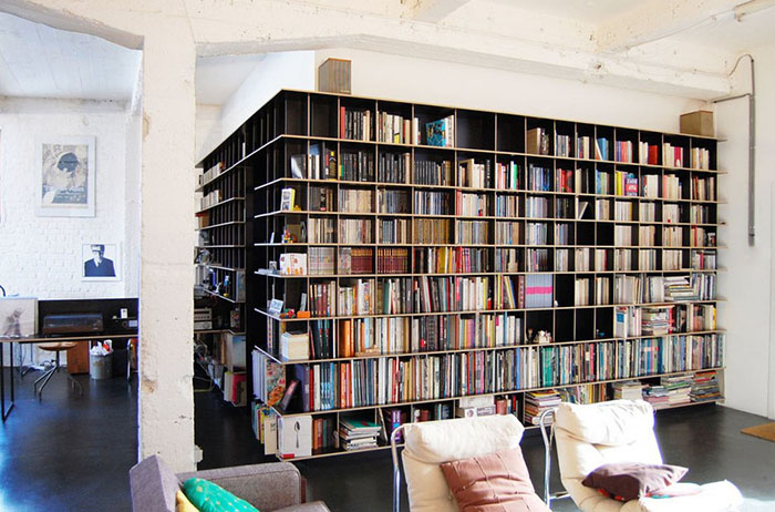 Стена-стеллаж с книгами, за которой спрятана спальня