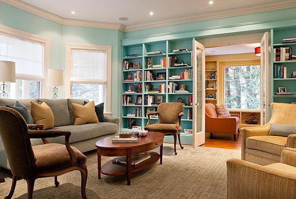 Крашеные книжные полки в традиционной гостиной