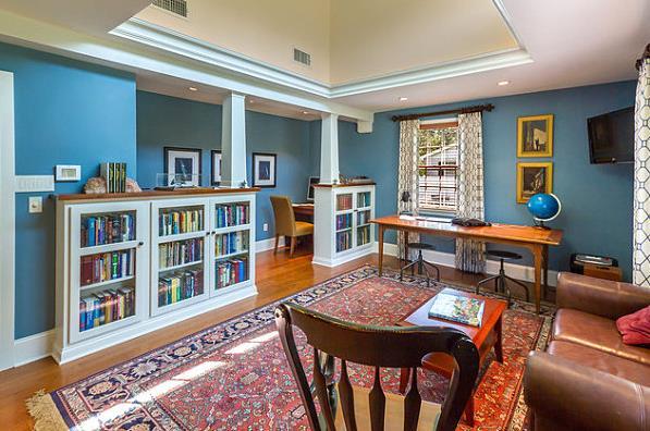 Разноцветные книги в книжных шкафах