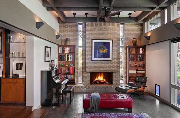 Интерьер гостиной с камином от Steinbomer, Bramwell & Vrazel Architects