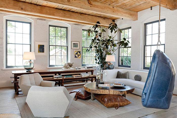 Деревянные потолочные балки и крашеные  кирпичные стены в гостиной