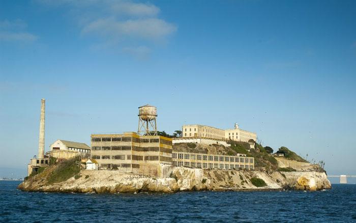 Тюрьма Алькатрас - место, где отбывали наказание самые опасные преступники в истории.