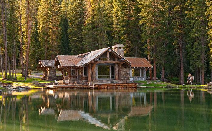 Лесной домик у озера