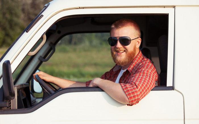 Мужчина за рулем пикапа