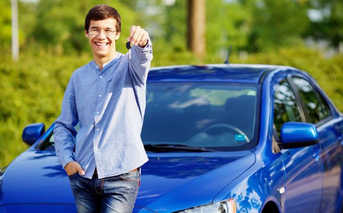 Мужчина за рулем компактного автомобиля