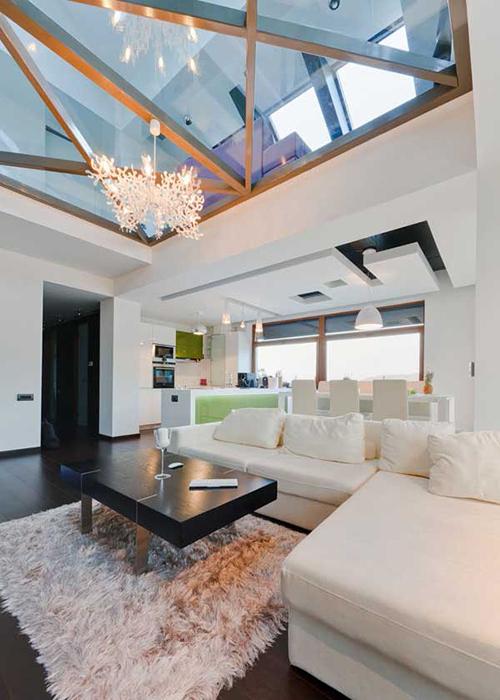 Стеклянный потолок наполнит комнату светом