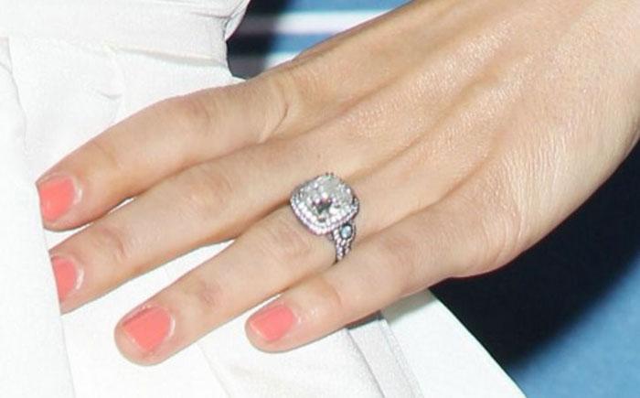 Помолвочное кольцо Джессики Бил
