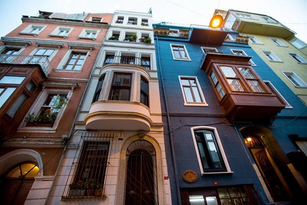 Кирпичный дом на одной из стамбульских улиц