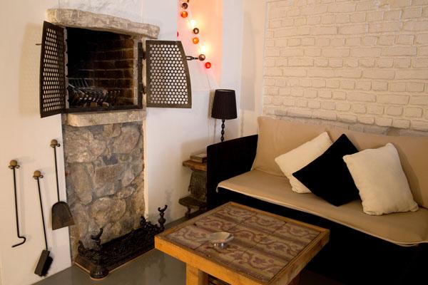Гостиная с оригинальным камином