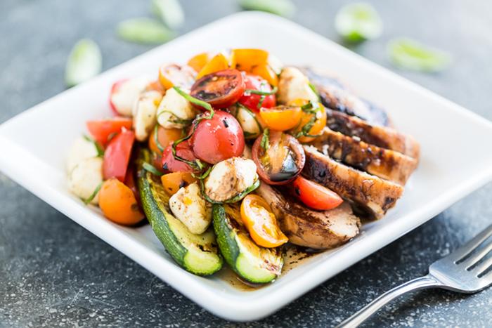 Курица-гриль в бальзамическом уксусе с салатом «Капрезе»