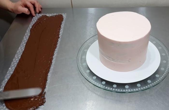 Наносим шоколад на ленту из плёнки