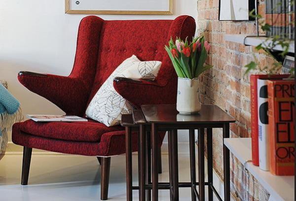Красное кресло - яркий акцент в любой гостиной