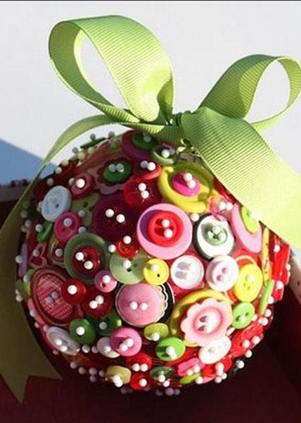 Симпатичный шарик в пуговицах