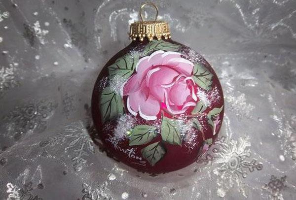 Роза на фоне цвета бургунд смотрится невероятно эффектно