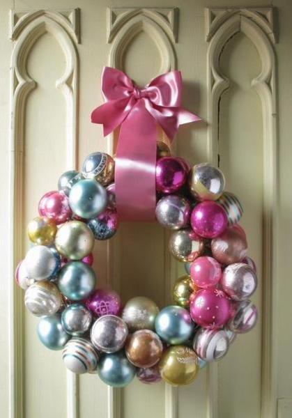 Рождественский венок из ёлочных шариков
