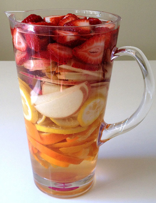Сангрия из клубники, апельсина и персика
