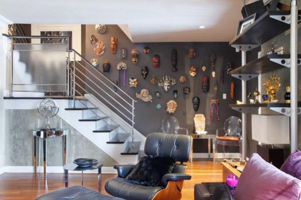 Коллекция масок в гостиной