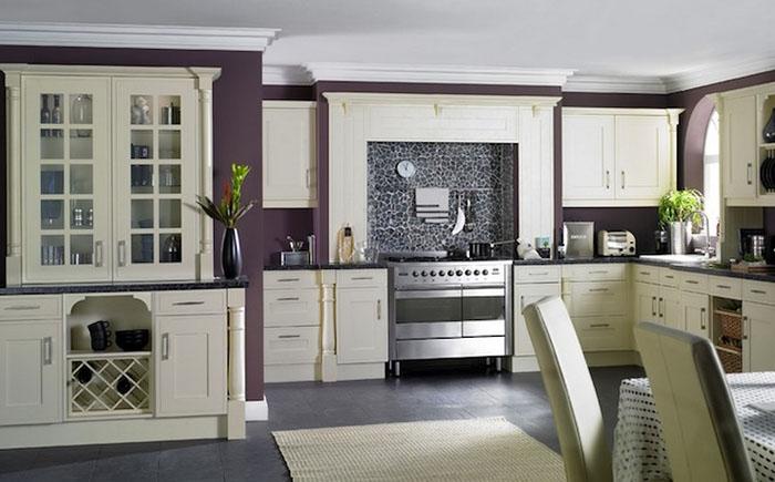 Стильная кухня в бело-фиолетовых тонах