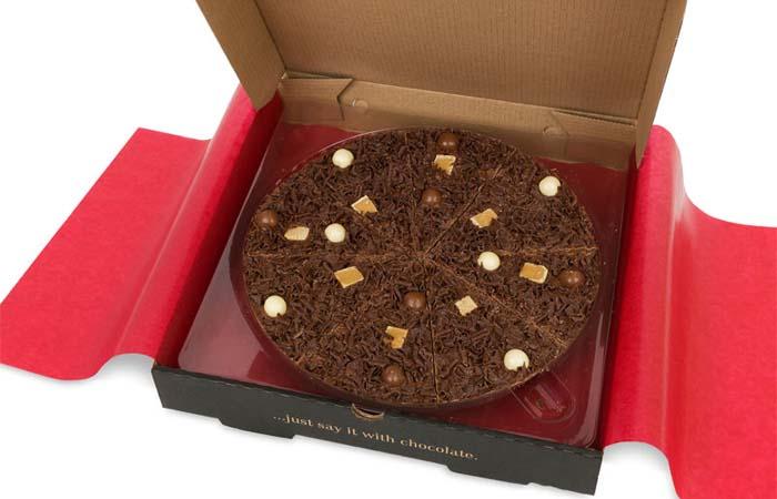 Шоколадная пицца с медовыми сотами