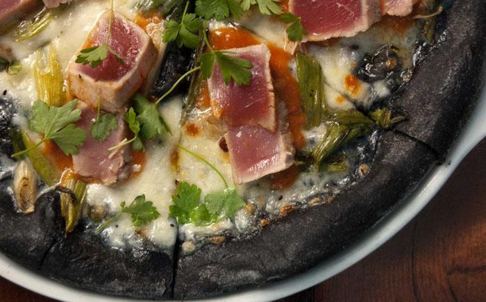 Пицца из чернил кальмаров