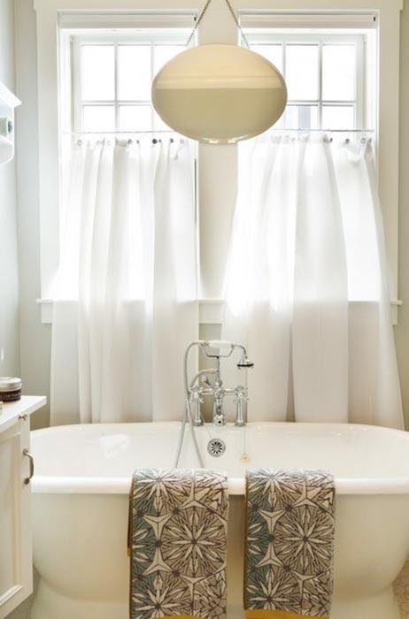 Яркая просторная ванная в Южной Калифорнии