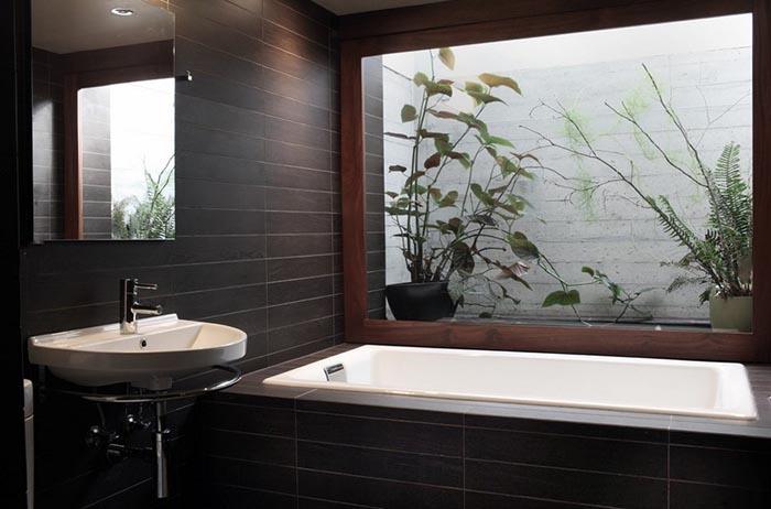 Вид из окна на небольшой сад из ванной комнаты в Портленде