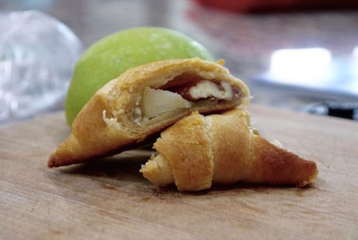 Рогалики с сыром бри, яблоком и орехами